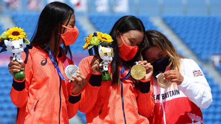 東京奧運滑板項目公園賽決賽,19歲的四十住櫻(中)以60.09分奪金;12歲的開...