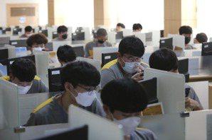 王宏恩/《菁英體制的陷阱》:超時工作、脊椎側彎,大家都痛苦的社會