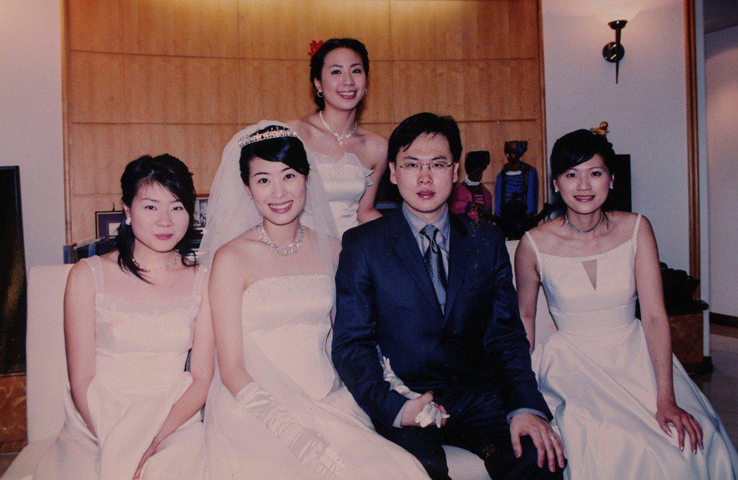 賈永婕(左二)嫁給王兆杰,婚後開始她的跑跳人生。記者李政龍/翻攝