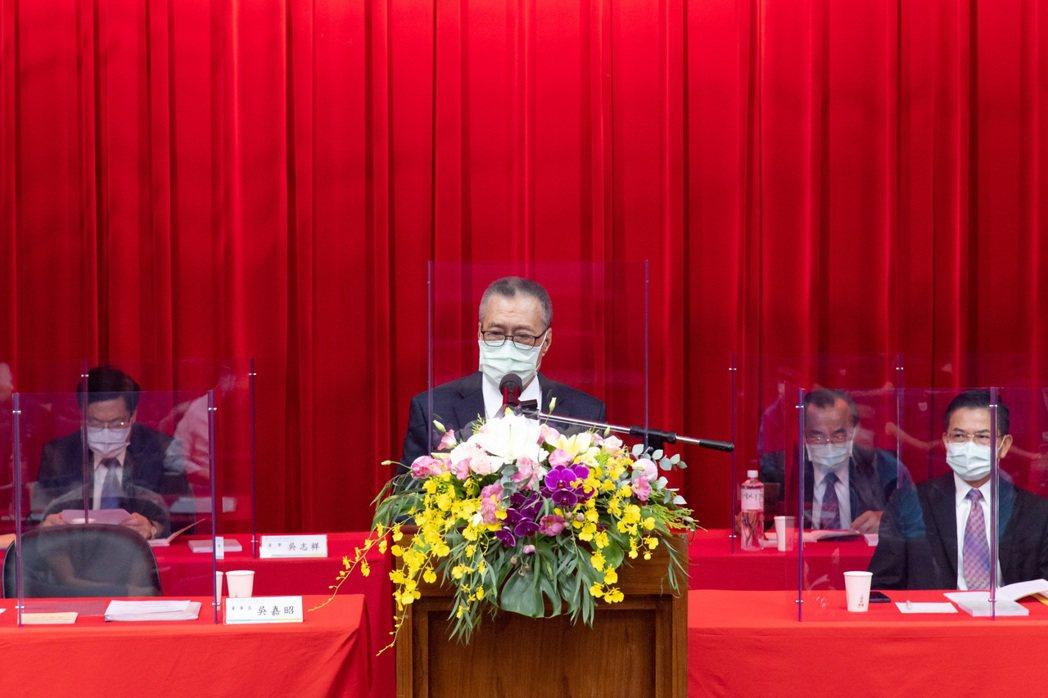 南亞科董事長吳嘉昭(中)。圖/南亞科提供。