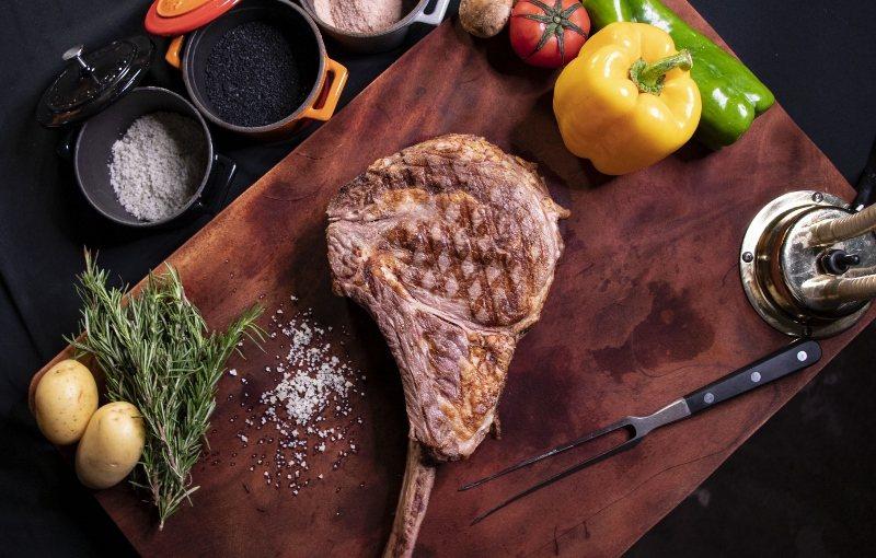 台北士林萬麗「我愛爸爸」4人套餐,主菜之一的美國頂級戰斧牛排。 業者/提供