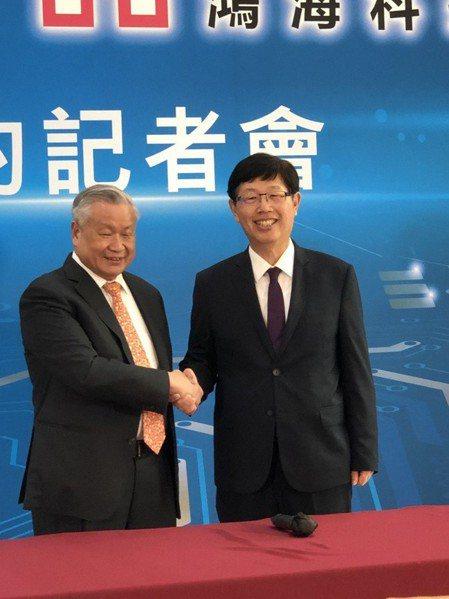 鴻海董事長劉揚偉(右)與旺宏董事長吳敏求。圖/記者蕭君暉攝影