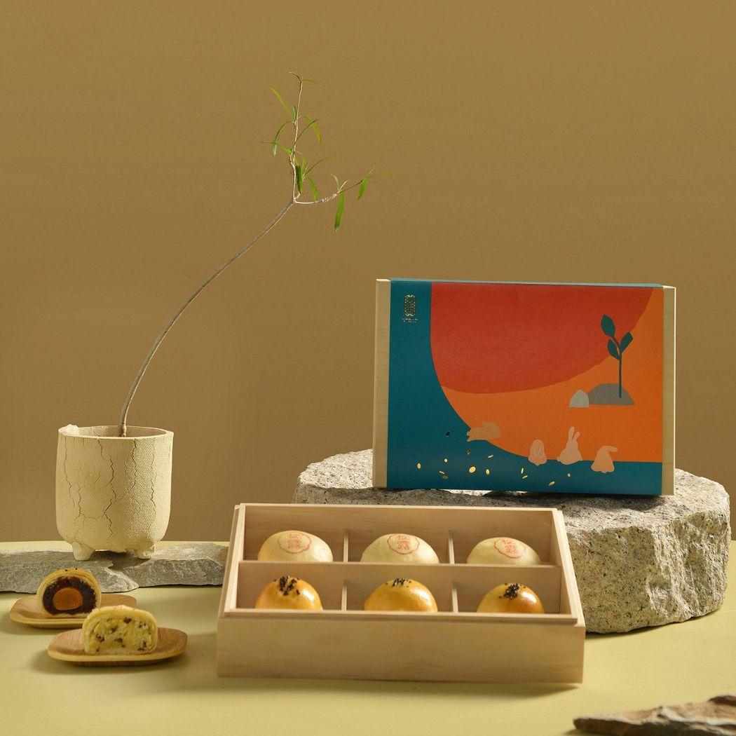 最令人期待的中秋期間限定組合「雙悅禮盒」,內容物有超人氣組合蛋黃酥與奢華頂級口感...