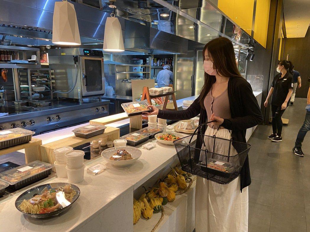 台北寒舍艾美酒店「美麗廚房」外帶賣場形象照。