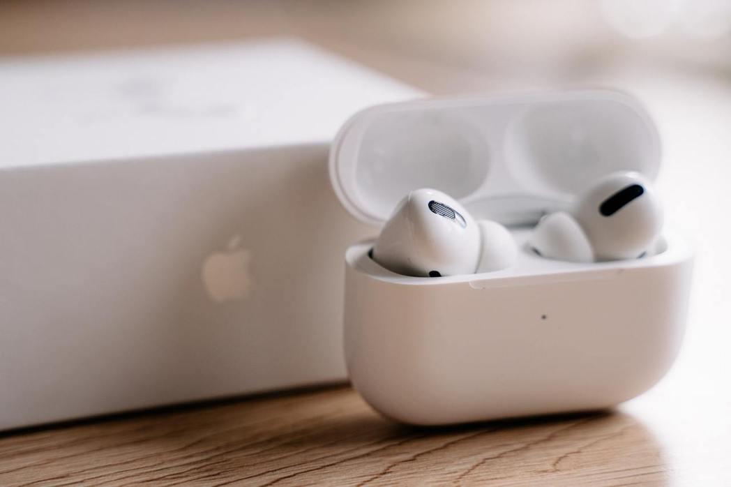 具主動式降噪功能的蘋果AirPods Pro,讓聲音聽起來就像面對面聊天,整天配...