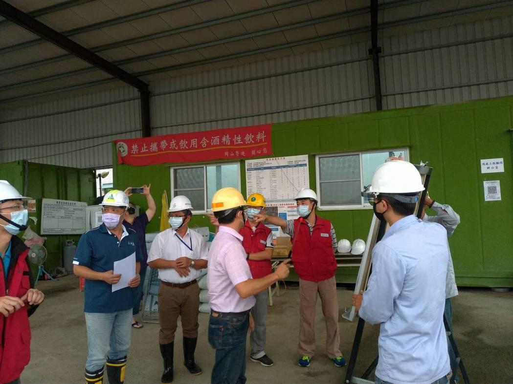 水利署莊曜成副總工程司與六河局陳局長共同前往高雄新港滯洪池等處,督導防汛整備。