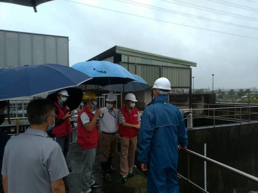 第六河川局至五甲尾滯洪池,抽水站等處進行防汛整備。