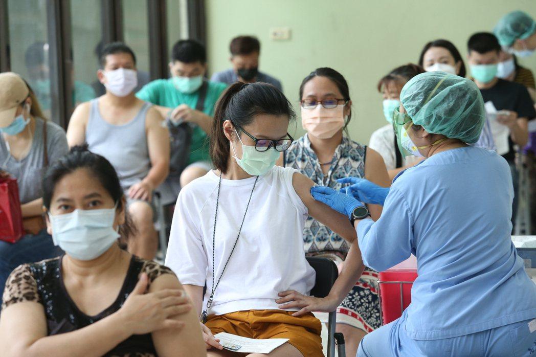 今年5月台灣疫情大爆發,「疫苗荒」重擊台灣人心,國產疫苗進度也備受關注。 記者邱...