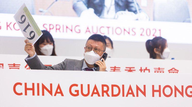 王晶於2021年本季春拍現場,為客戶競拍。