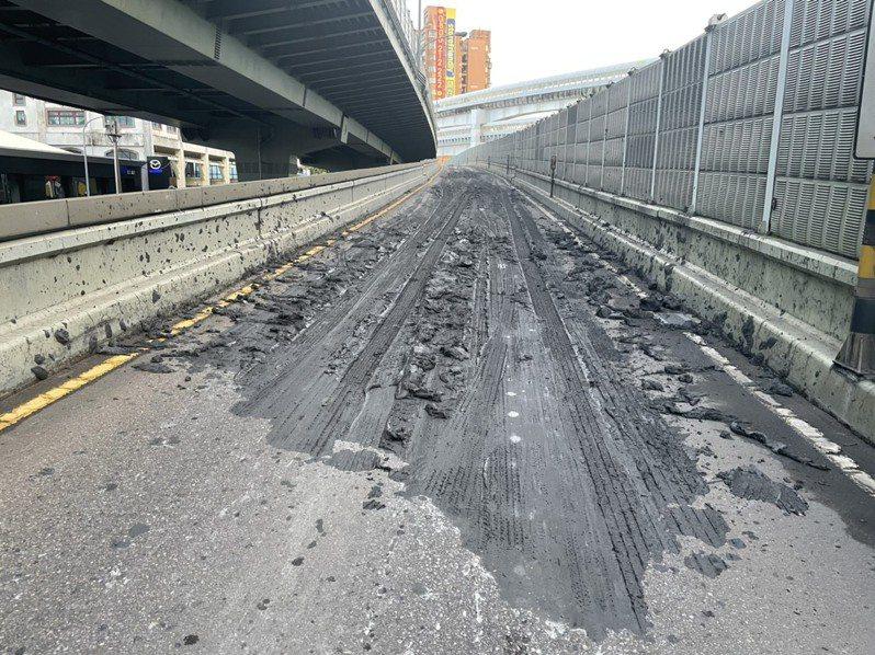 台64中和入口匝道路面出現量汙泥廢土掉落。圖/新北交通局提供