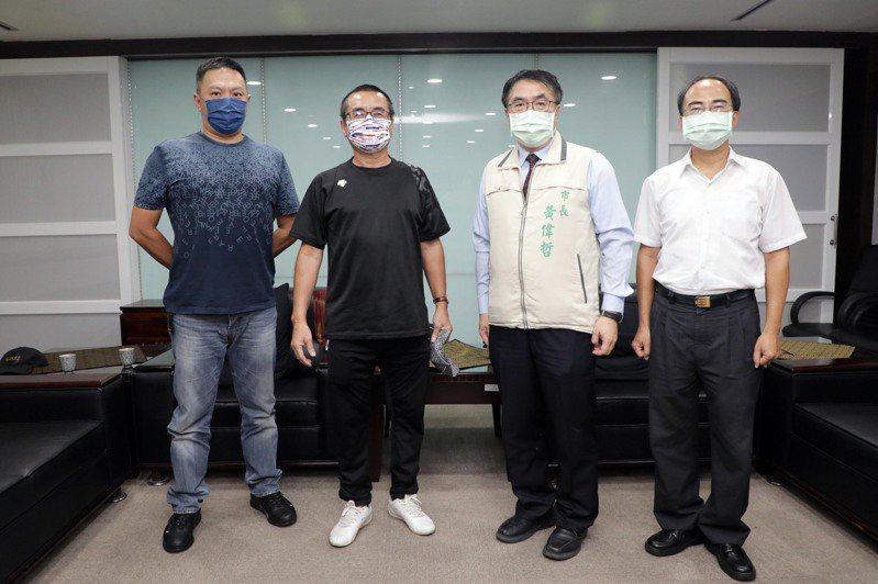 台南市長黃偉哲(右二)將向中央建議優先針對選手開放泳池,至於一般大眾入池則可再討論。圖/台南市政府提供
