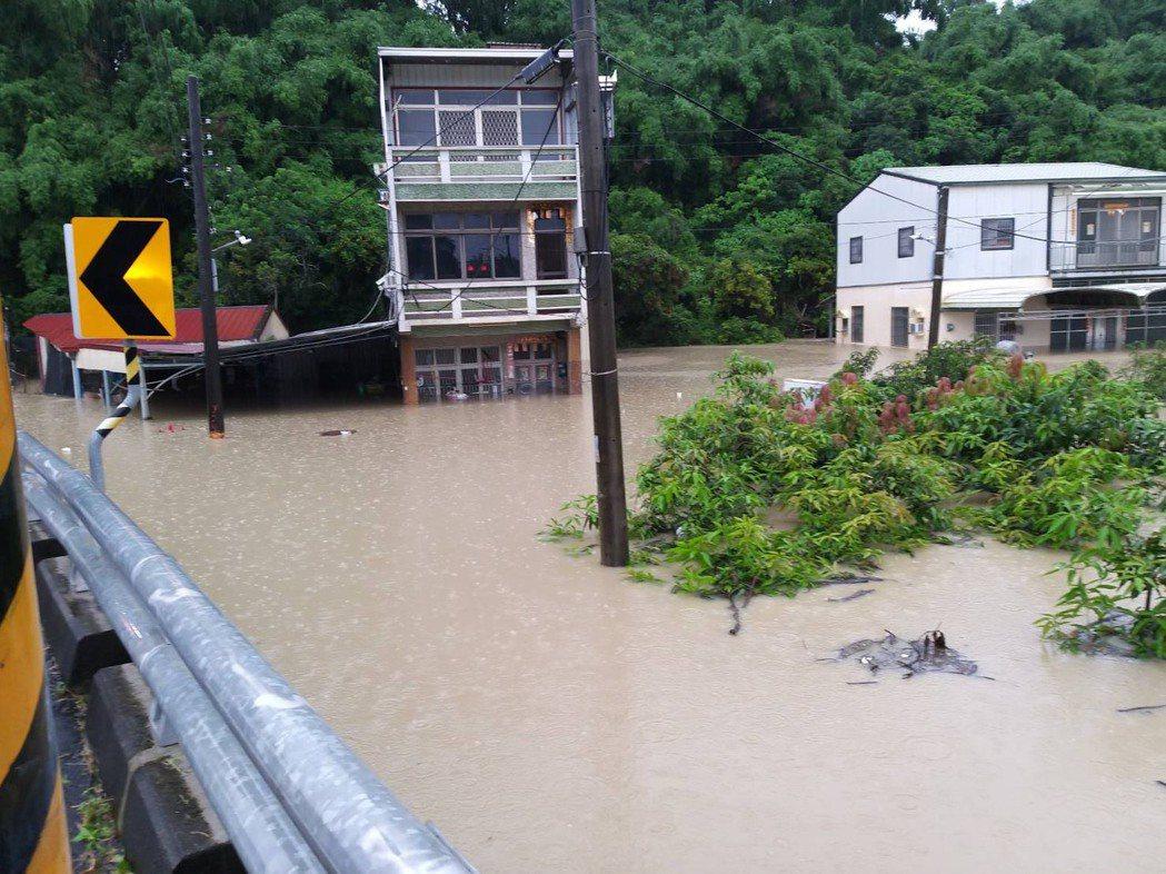因二仁溪水位暴漲,高雄田寮區西德里有多戶民宅8月1日上午一度淹水達120公分,達...