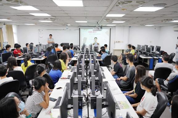 鴻海教育基金會推出暑期高中量子營 爆滿廣受好評 再釋出百位名額。鴻海教育基金會/...