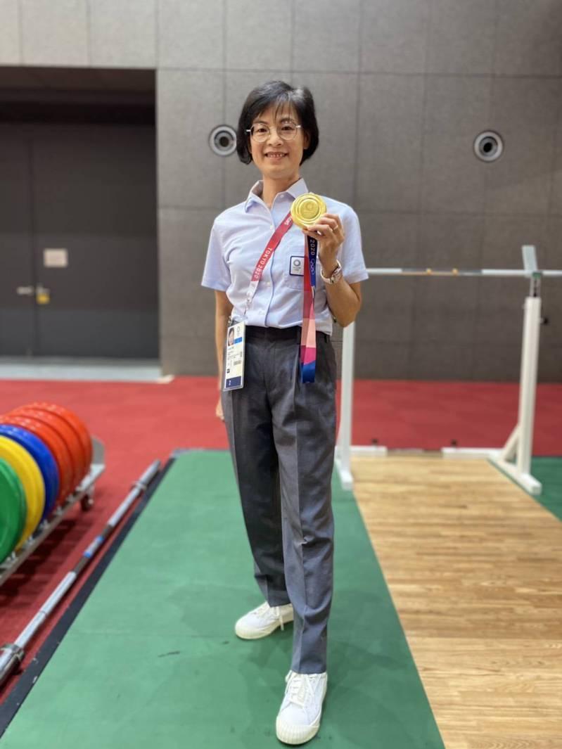 嘉義縣朴子市文化里長楊石旭的妹妹楊素冠,擔任東京奧運舉重賽裁判,她曾榮獲第二屆世界盃女子舉重比賽銀牌。圖/楊石旭提供