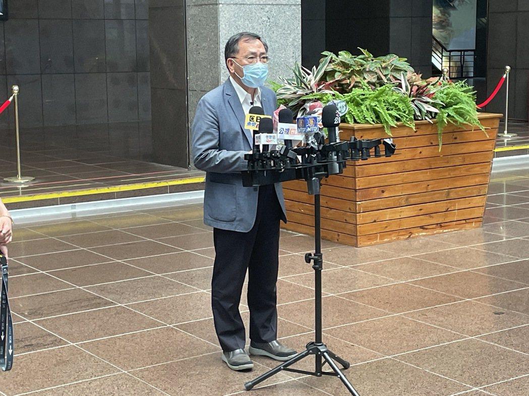 台北市副市長蔡炳坤說明萬華阿公店復業相關的規定。記者楊正海/攝影