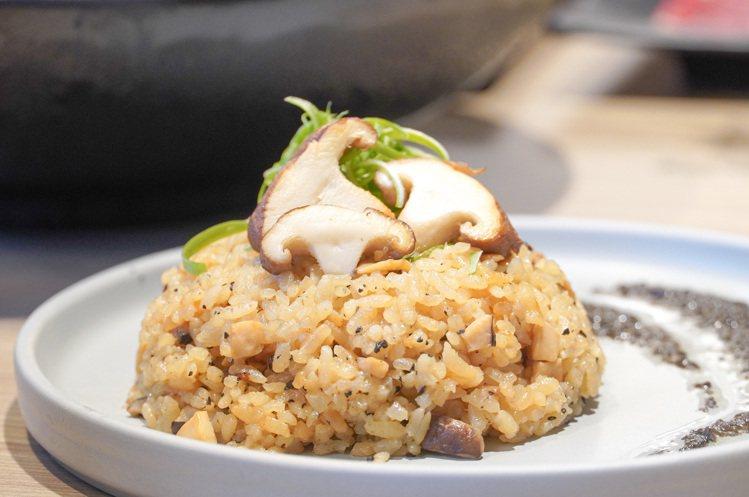 副食區供應的義大利松露野菇炊飯。圖/涮樂和牛鍋物提供