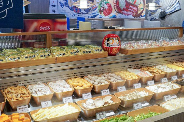自助吧台上提供有55~60種的麵食、時蔬與火鍋料。圖/涮樂和牛鍋物提供