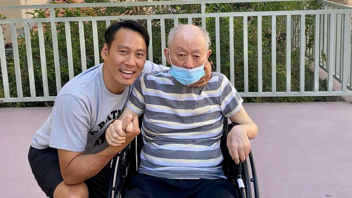 相隔18個月再見癌父  艾力克斯難掩激動