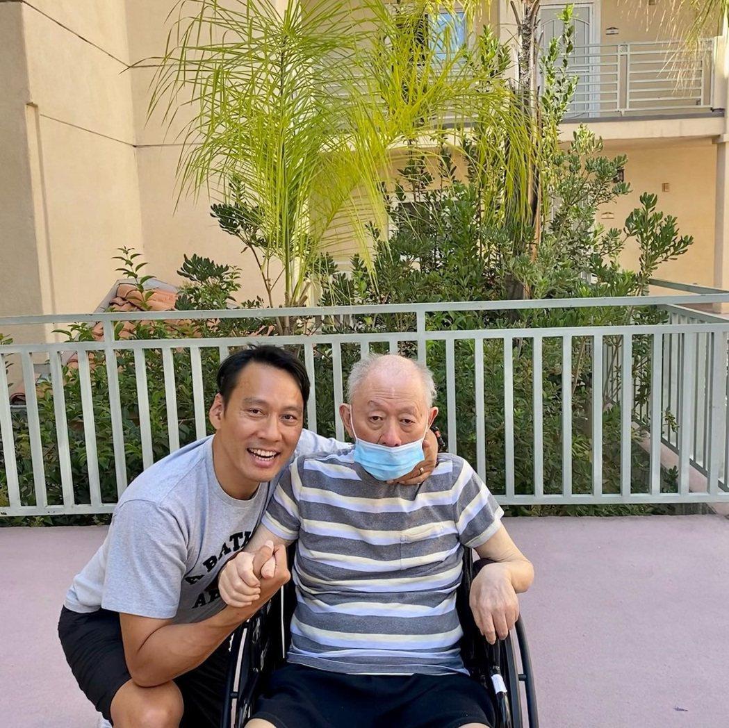 艾力克斯(左)年輕時和爸爸就是彼此的好朋友。圖/艾迪昇傳播提供