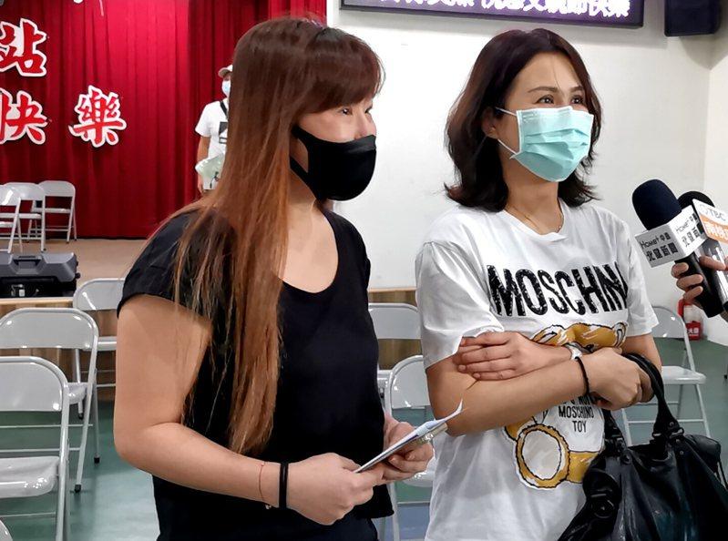 桃園市林姓(左)、呂姓女子在「郵記您的愛」父親節活動,第一次寫卡思念父親淚水奪眶而出。記者曾增勳/攝影
