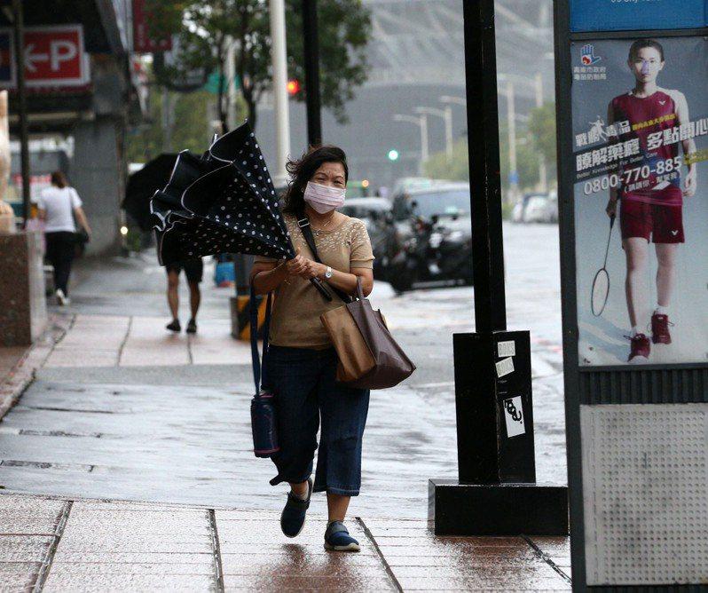 高雄今天雨勢驚人,到上午11點30分,累計造成7處積淹水,但雨勢緩和後陸續退水。記者劉學聖/攝影