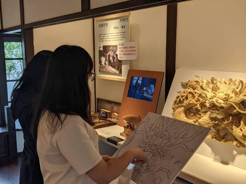 桃園市立大溪木藝生態博物館推出「木職人在大溪」常設展,帶領觀眾認識職人拜師學藝的過程。圖/桃園市文化局提供