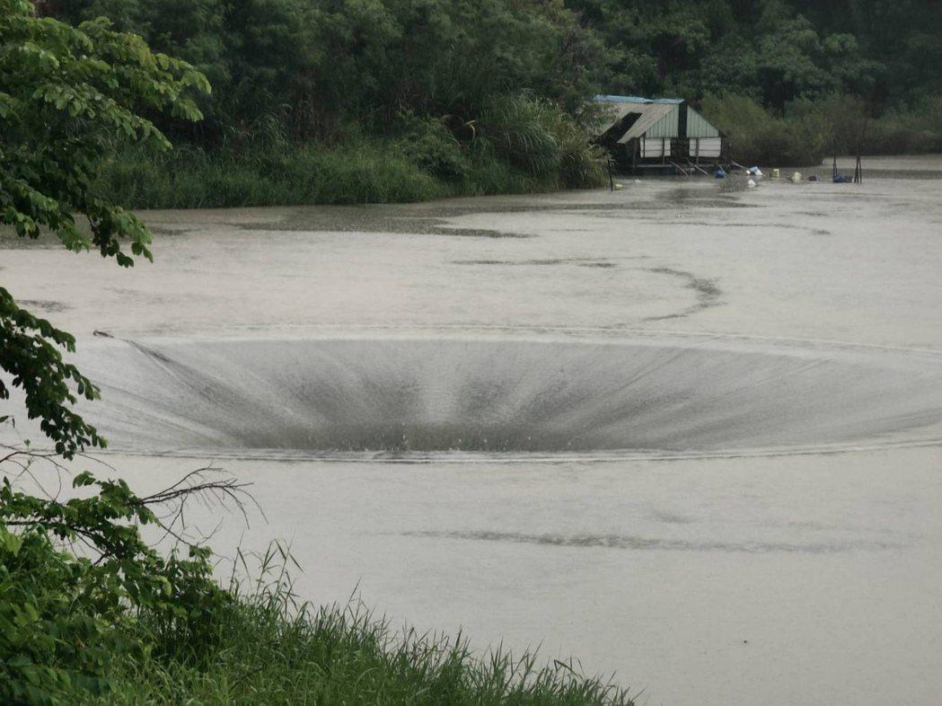 台南六甲和東山交界的「西口」,因連續豪雨及曾文水庫放水發電,天井漩渦回來了。記者...