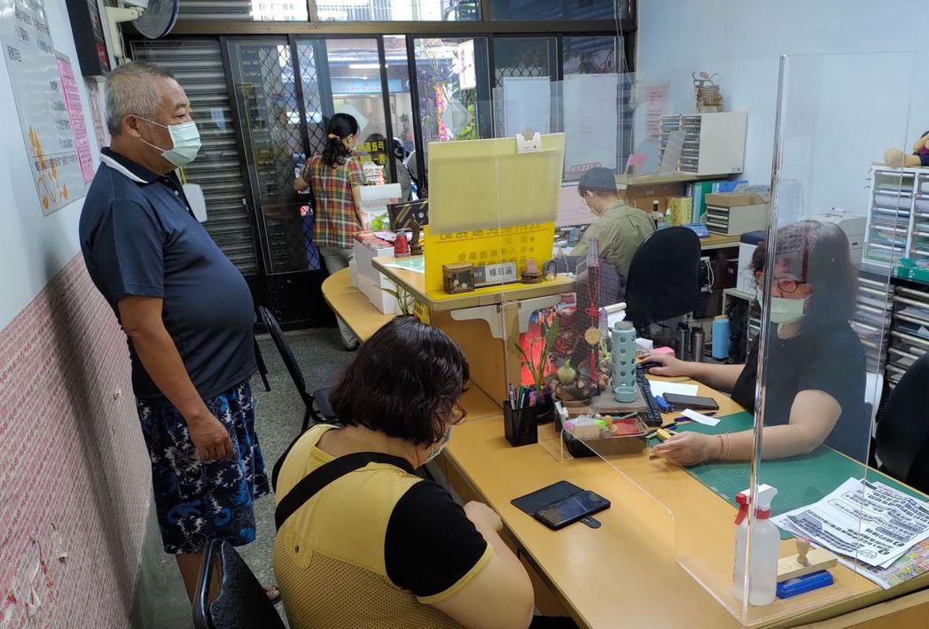 台中市大肚區長白峨嵋說,因應長者不會上網填疫苗意願及預約接種,區公所不但設服務櫃...