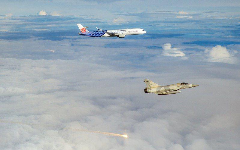 我國參加東奧的羽球隊昨天搭乘華航客機歸國,政府派出幻象戰機升空伴飛,還發射熱焰彈迎接。軍聞社