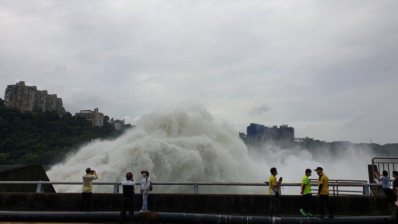 石門水庫今年第2次排洪,吸引遊客拍照。記者鄭國樑/攝影