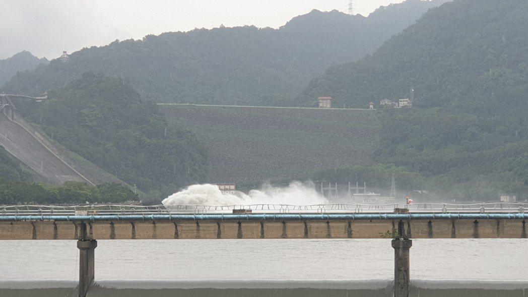 溪洲橋遠遠就可以看見排洪。記者鄭國樑/攝影