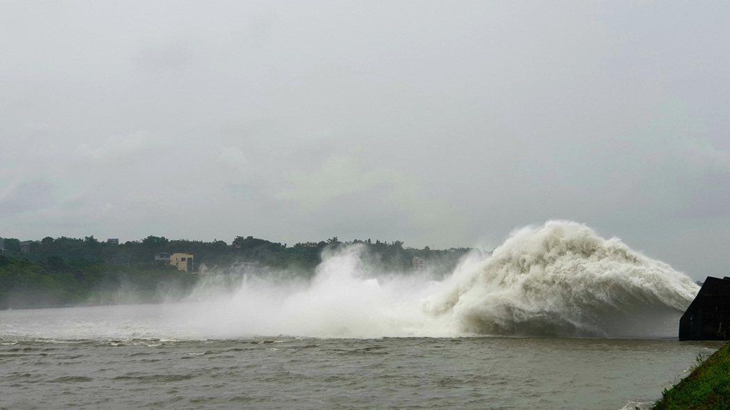 排洪水量雖然不及溢洪道洩洪,但也相當壯觀。記者鄭國樑/攝影