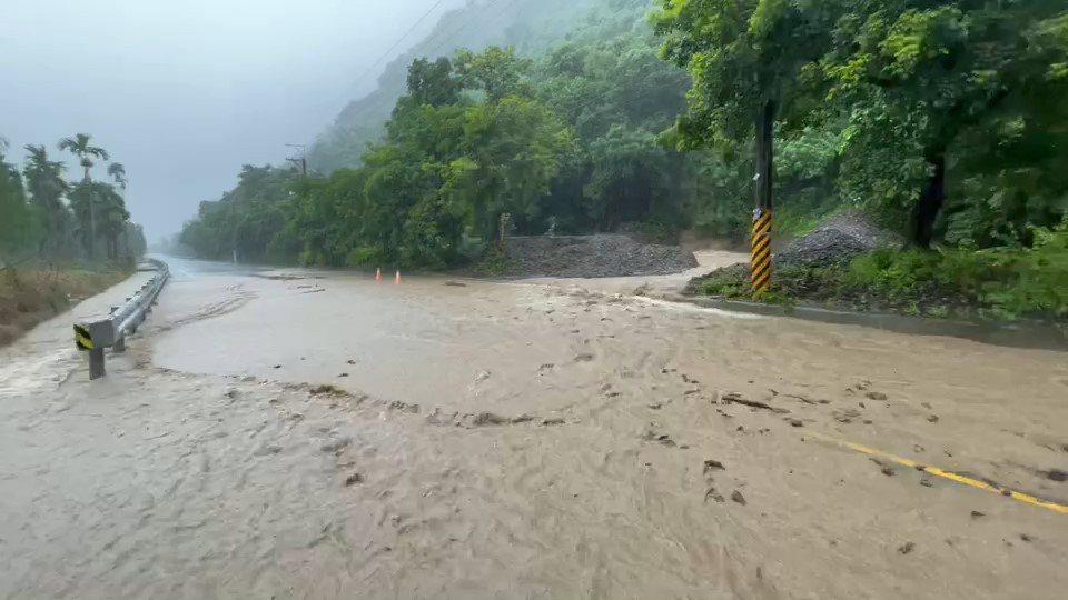 高雄市六龜區主要對外道路台27線22.5公里處,疑因邊坡落石滑落堵住溝渠,雨水溢...