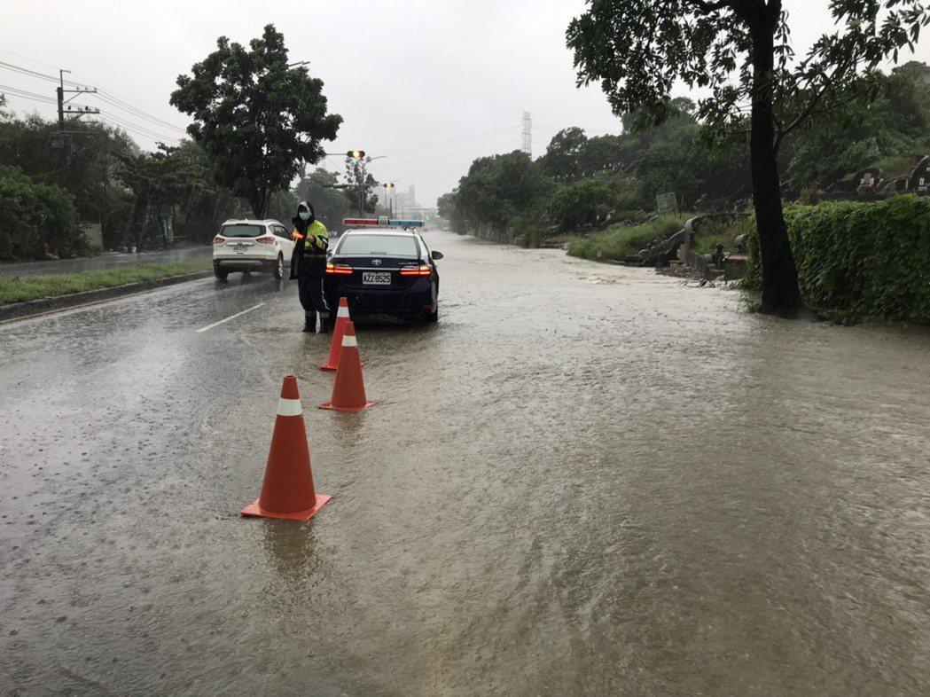 高雄市仁武區澄觀路一段往左營方向積水10公分,警方到場警戒。記者陳玫伶/翻攝