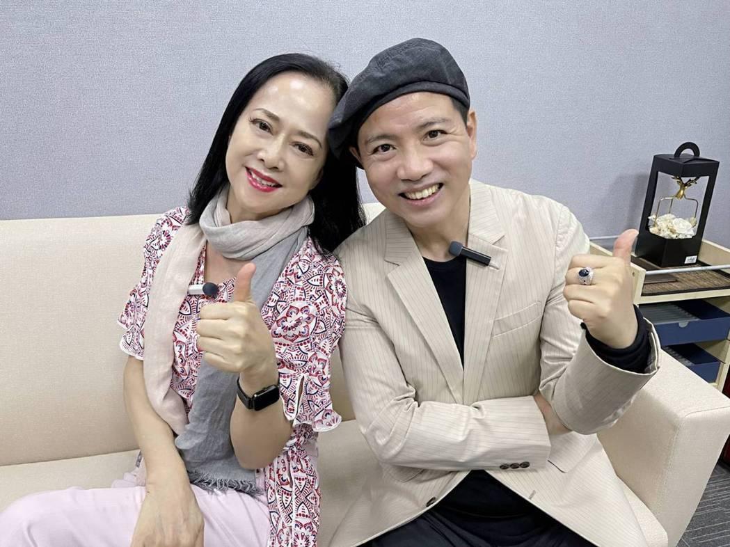 湯蘭花(左)和陳凱倫一起上直播課程練瑜伽。圖/優藍教育機構提供