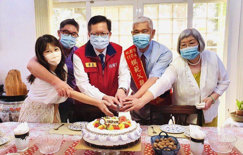 桃園市長鄭文燦(左三)到宅表揚今年模範父親王龍雄(右二)祝賀合影。圖/市府社會局提供