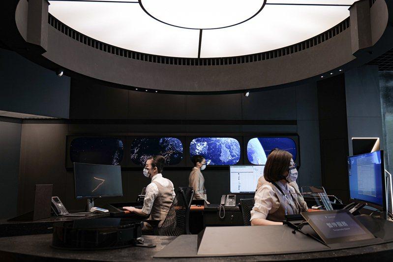 票務櫃台跳脫傳統的方正配置,以環形設計配置於中央,就如太空船負責指揮調度的艦橋。圖/星宇提供
