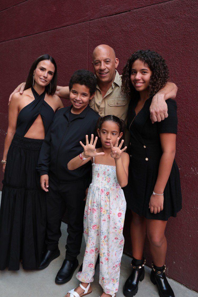 馮迪索(後右二)帶著所有小孩和「玩命關系列中的妹妹喬丹娜布魯斯特(後左一)一起出...