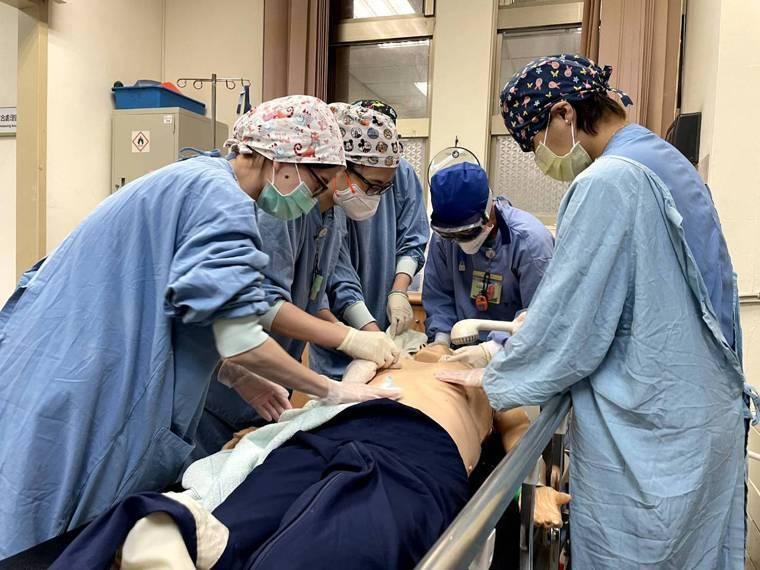 衛福部豐原醫院急診醫護人員,為患者清洗身體。圖/豐原醫院急診室主任林技政提供