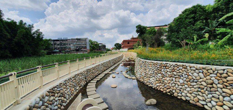 桃園大溪的街口溪排水幹線,經過改造多了水岸綠廊,豐富的生態環境非常適合踏青休憩。圖/桃園市水務局提供