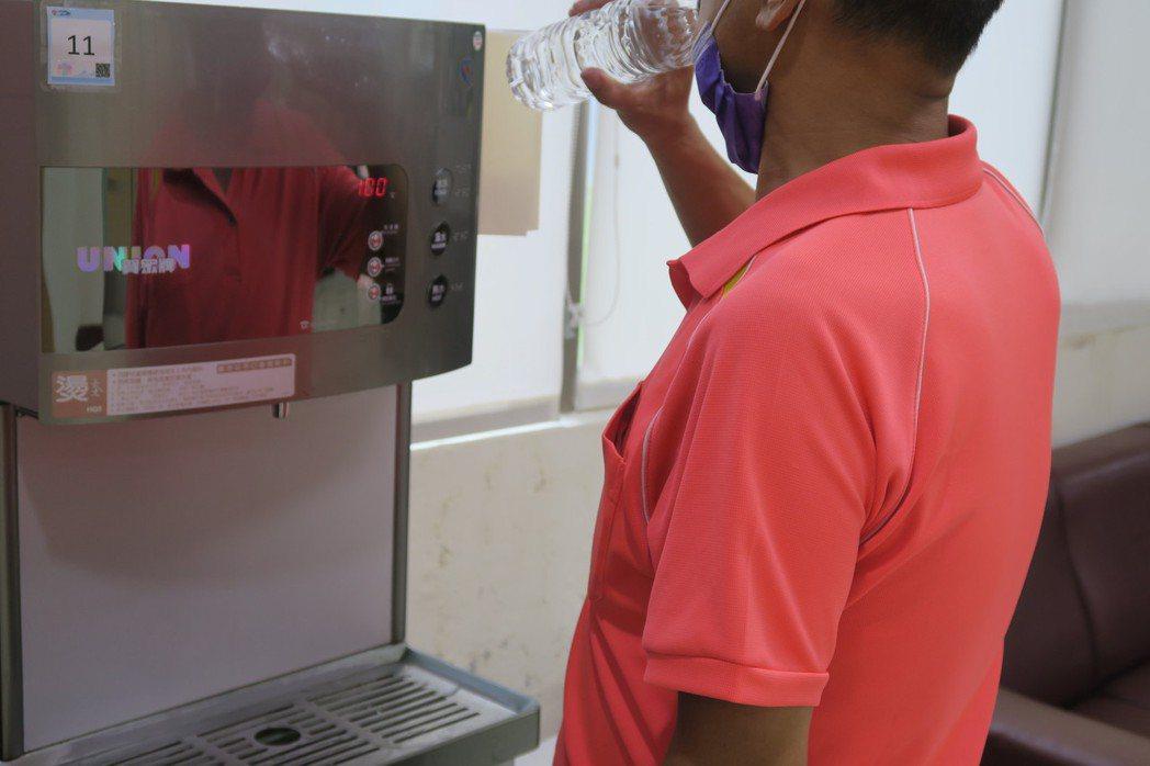 一般人注射新冠肺炎疫苗之後,醫護都會交代多喝開水。記者簡慧珍/攝影