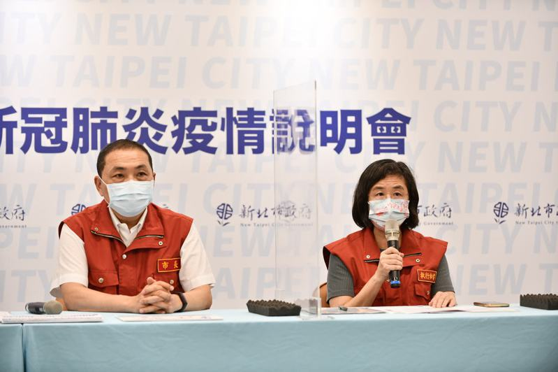 新北衛生局長陳潤秋(右)說明花旗銀行板橋分行有1名女員工確診,同部門已匡列44人採檢。圖/新北衛生局提供