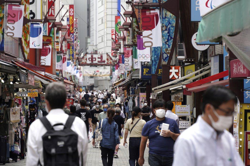 日本東京戴口罩民眾7月30日經過上野車站附近購物街。美聯社