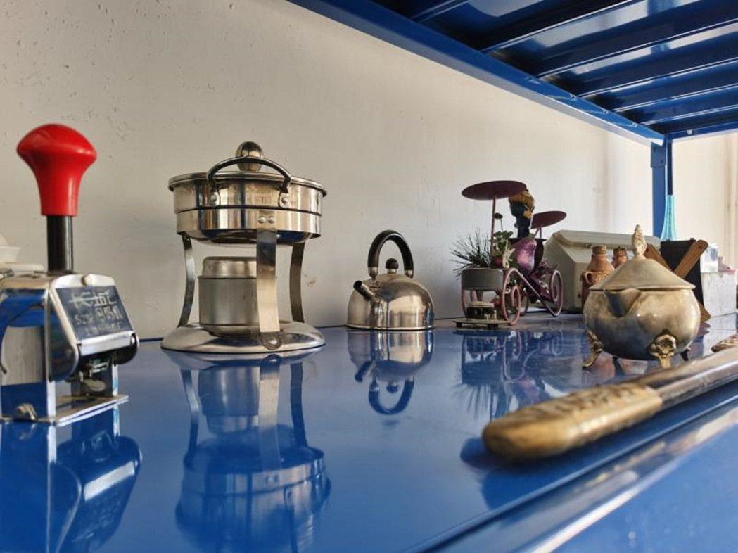 水壺、火鍋爐等經過消毒後,被分門別類陳列在藍色的貨架上。(取自《上觀新聞》)