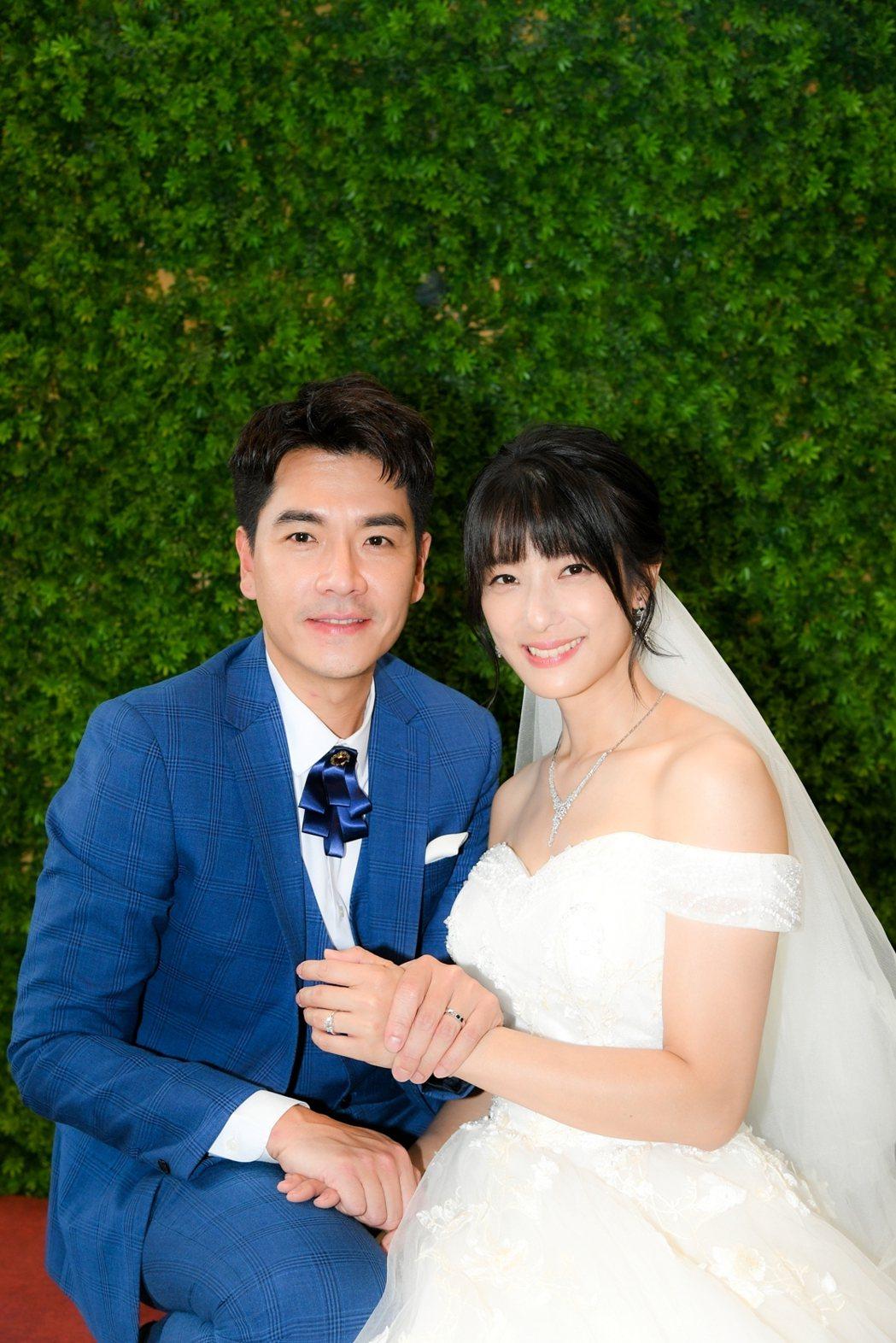 賴雅妍(右)和王傳一最後步上禮堂。圖/三立提供