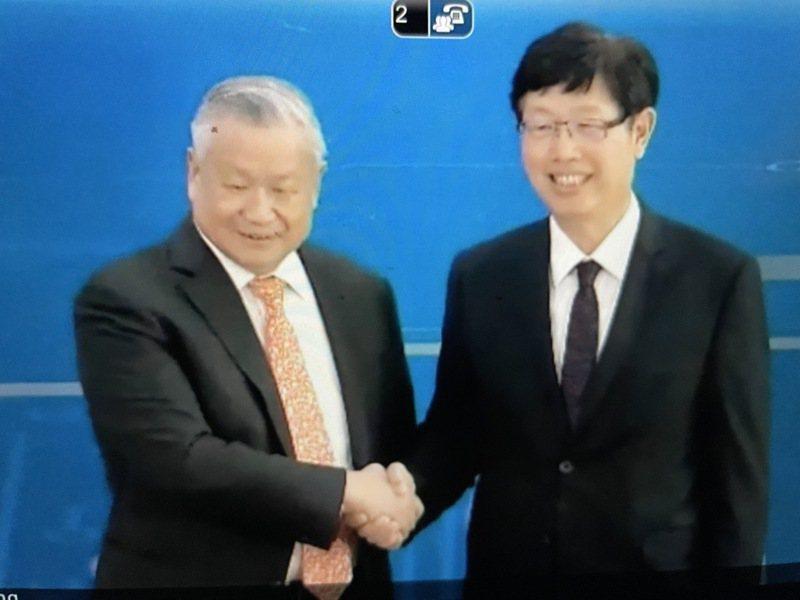 鴻海董事長劉揚偉(右)與旺宏董事長吳敏求今親自出席6吋廠交易簽約典禮,雙方都強調這只是合作的開端。 記者簡永祥/攝影