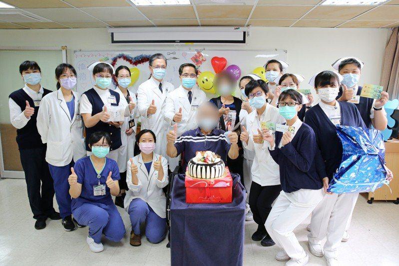 花蓮慈濟醫院今天歡送最後一位收治的新冠肺炎患者陳先生出院,提前祝他父親節快樂。圖/花蓮慈院提供