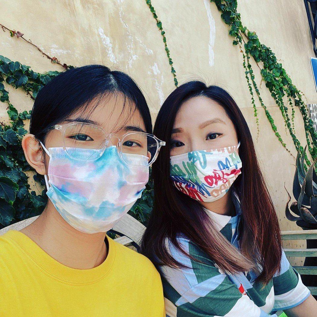 陶子(右)在美國陪女兒荳荳新生入學。圖/陶子提供