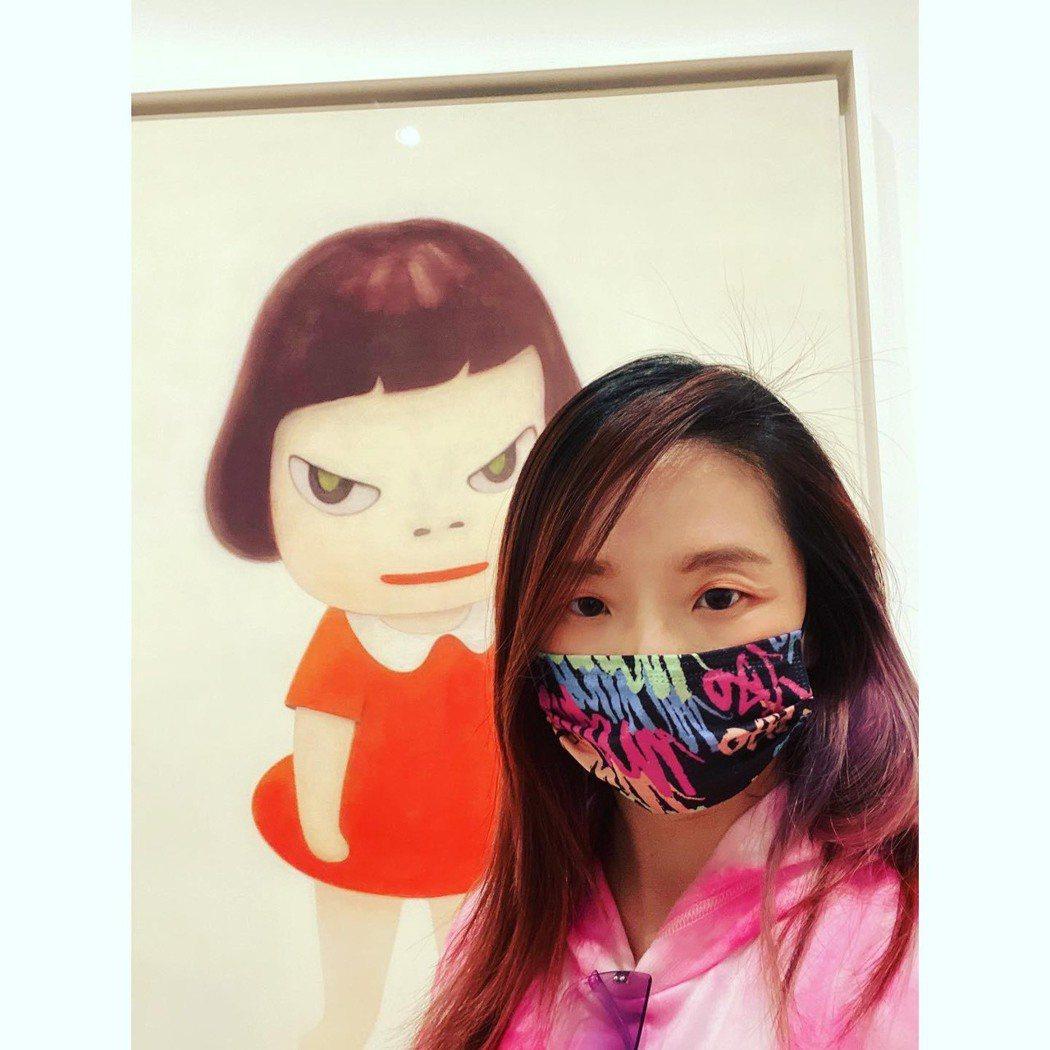 陶子最近創作了多款口罩,也自己戴在臉上。圖/陶子提供