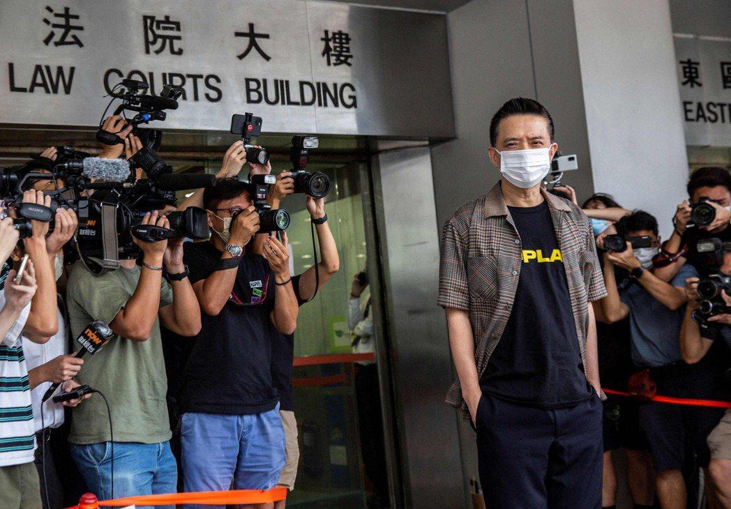 黃耀明站台唱歌被控涉選舉舞弊案,今獲撤銷控罪。圖為黃耀明(右)今天抵達法院時遭大...